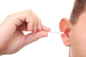 Porque não usar hastes flexíveis para limpar os ouvidos?