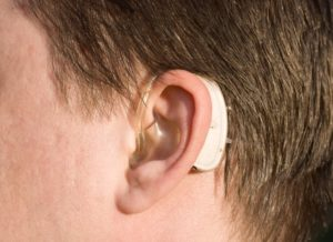 Cuidados com o aparelho auditivo. Saiba como aumentar a vida útil do seu