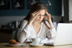 Mulher com dores de cabeça zumbido no ouvido
