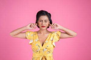 Mulher incomodada porque não fez o tratamento da perda auditiva