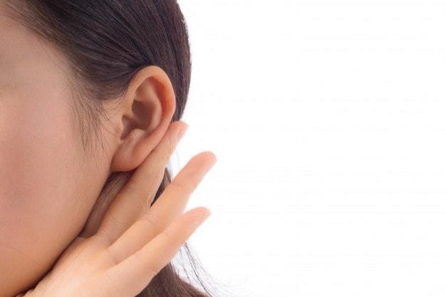 Moça recebendo Aparelhos auditivos Oticon