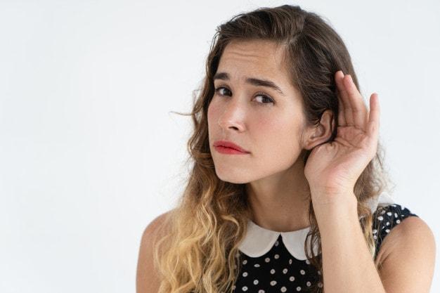 Aparelho auditivo sendo testado