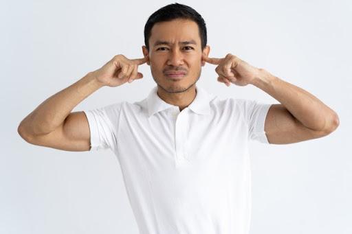 Homem com zumbido no ouvido