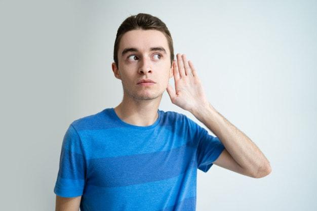 Homem com perda auditiva