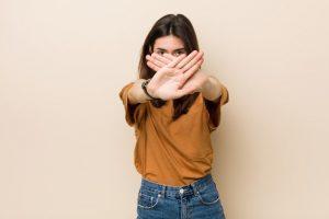 Menina que não apoia a compra de aparelhos auditivos na internet