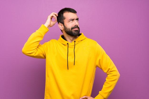 Homens pensando nos tipos de perda auditiva