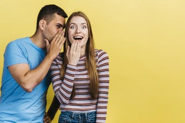 Aparelho auditivo auxiliando em conversa entre amigos