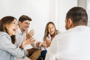 Como o aparelho auditivo pode melhorar sua relação com as pessoas